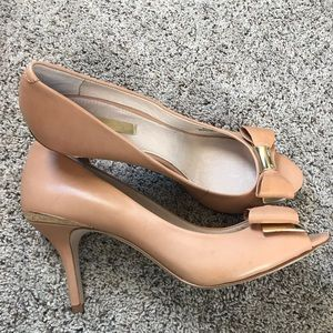 Louise et Cie nude with gold accent size 9 heels